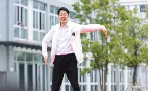 """教育局长跳霹雳舞丰富了""""教育形象"""""""