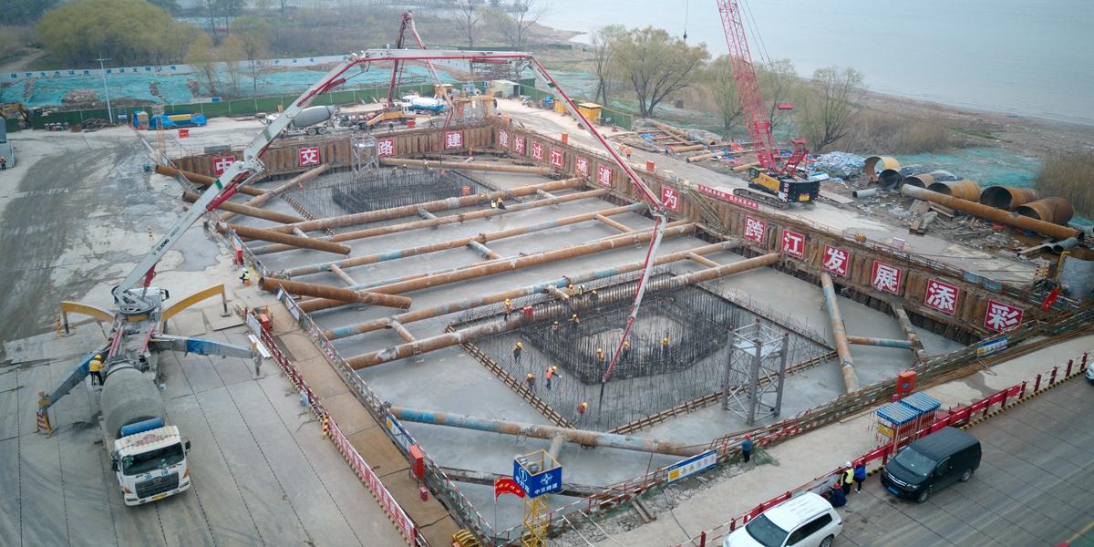 仙新路跨江大桥南塔承台完成浇筑