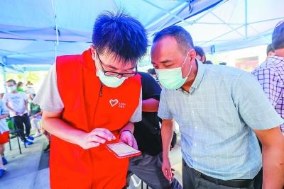 玄武区大学生志愿者在核酸检测一线提供志愿服务。 通讯员 盛伟 南报融媒体记者 董家训摄