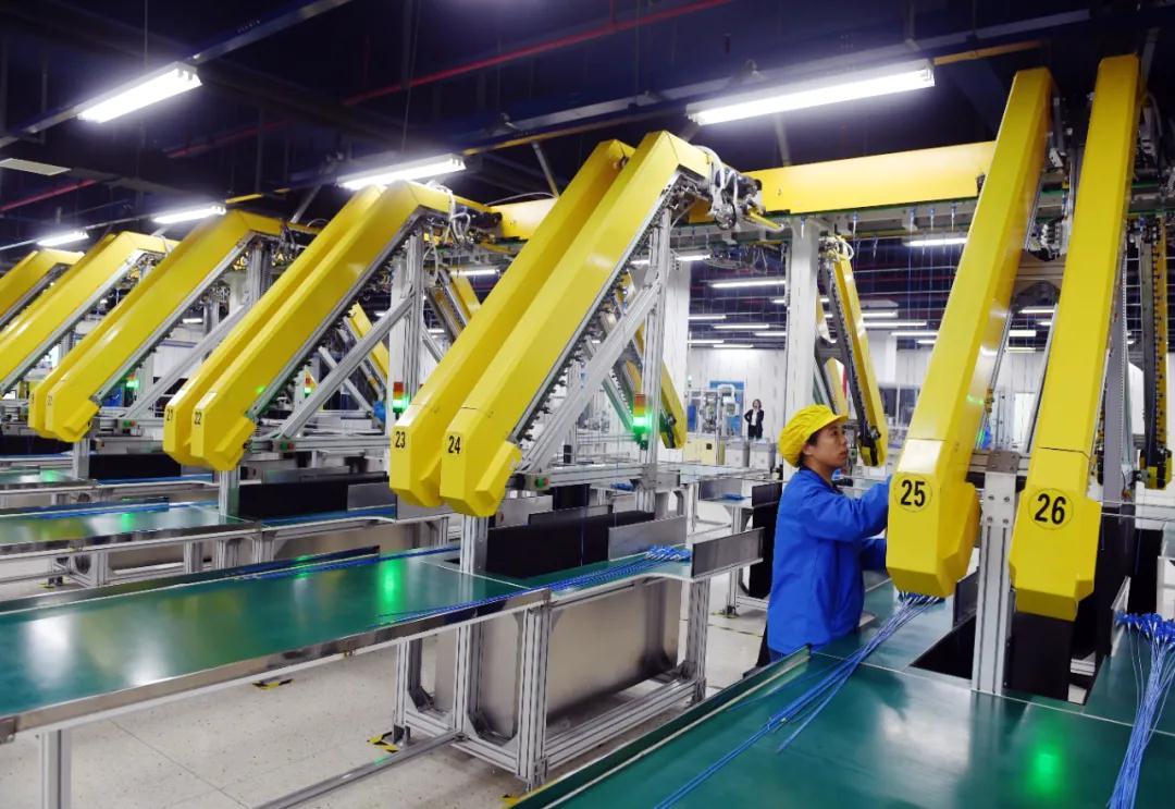 位于江北新區的南京微創醫學科技股份有限公司自動化生產車間,工作人員正在生產微創醫療器械活檢鉗。南報融媒體記者 崔曉 攝