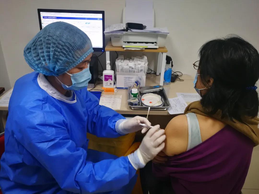 节假日里,南京红十字医院疫苗接种点工作人员为市民接种疫苗。南报融媒体记者 李花 摄