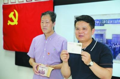 在主题党日活动中,校方请来南京邮政公司相关负责人,共同举行中共南京地下组织联络点旧址纪念明信片首发仪式。