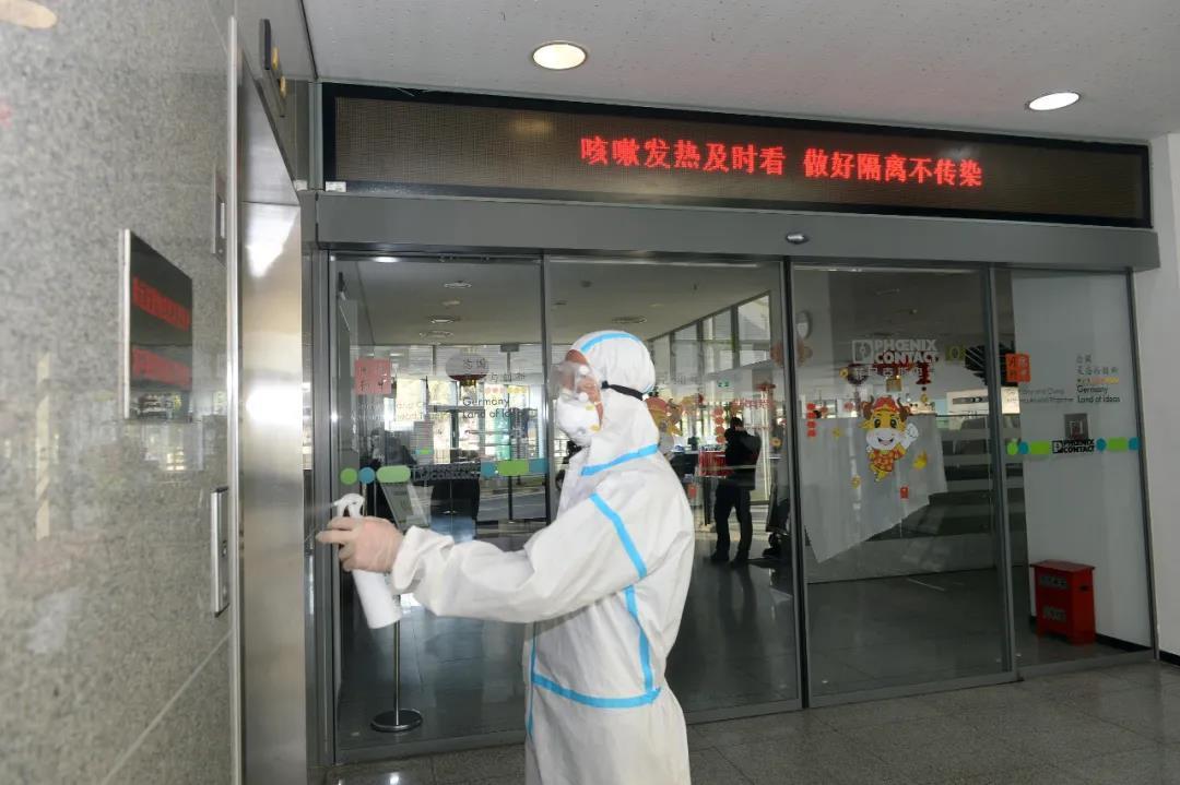 近日,南京各企業認真落實各項防控措施,確保企業員工和生產物品的疫情防控安全。圖為位于江寧的菲尼克斯(中國)投資有限公司,工作人員給辦公區、電梯、食堂等公共區域進行消殺。通訊員 易書波 南報融媒體記者 杜文雙攝