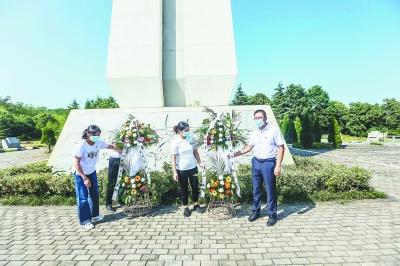 党员代表向革命烈士纪念碑敬献花篮。 南报融媒体记者 董家训摄
