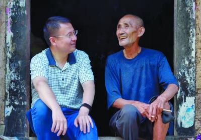 孔毅远(左)走访贫困户。受访者提供