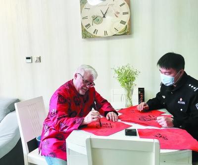"""""""漢字叔叔""""寫""""福""""字賀新春。 南報融媒體記者 朱靜攝"""