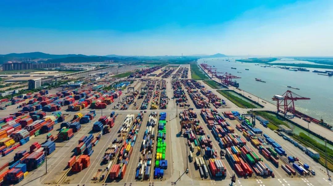 南京龙潭港码头一派繁忙。南报融媒体记者 董家训摄
