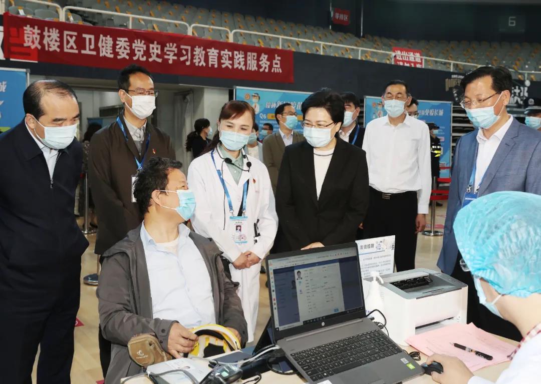 韩立明与前来接种的市民交谈。南报融媒体记者 崔晓摄