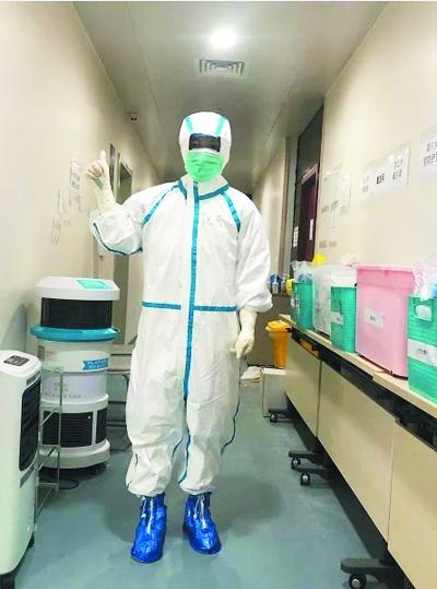 倪杰在武汉抗疫一线。南京医科大学供图