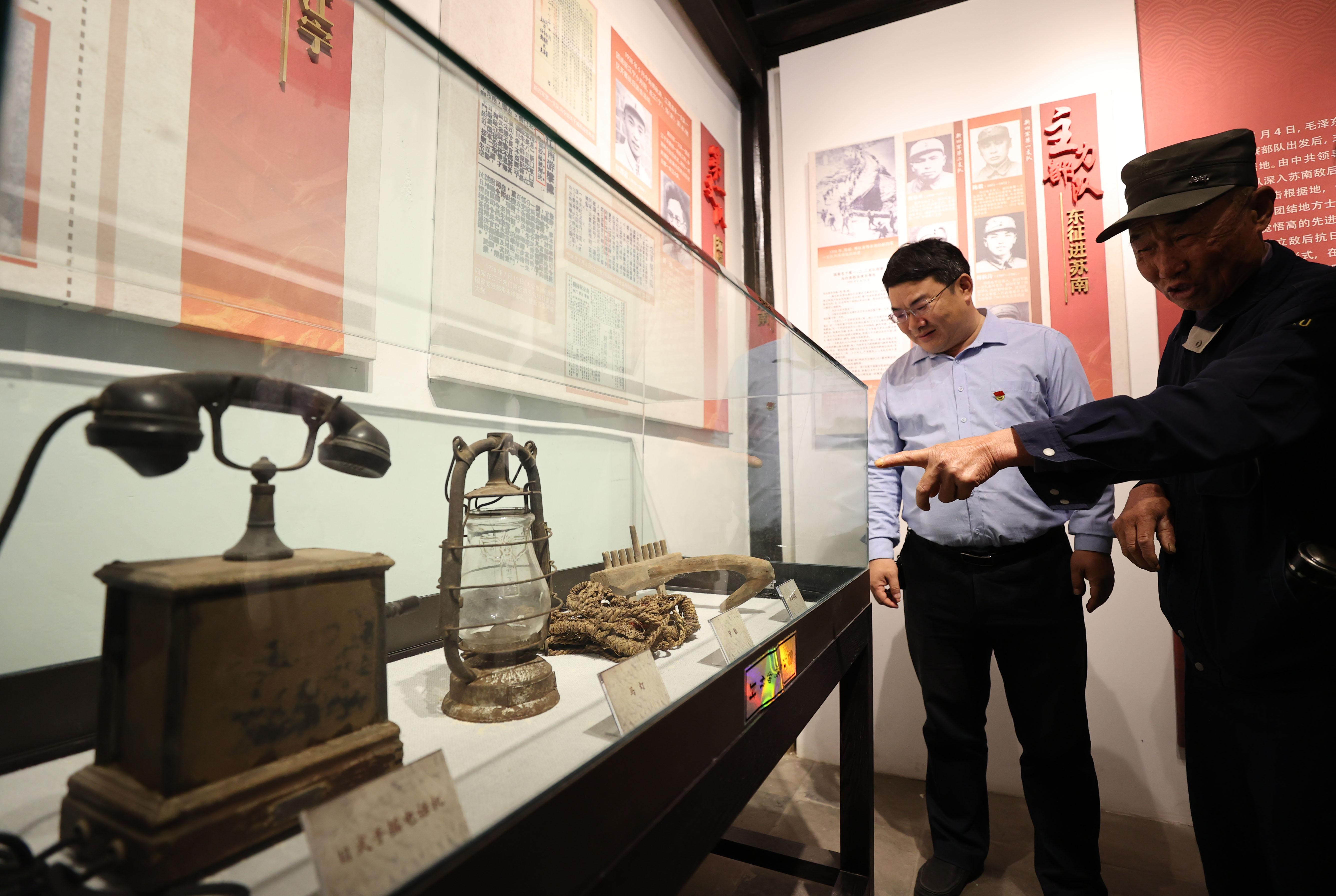 陈列馆内,近距离观看历史实物。南报融媒体记者 冯芃摄