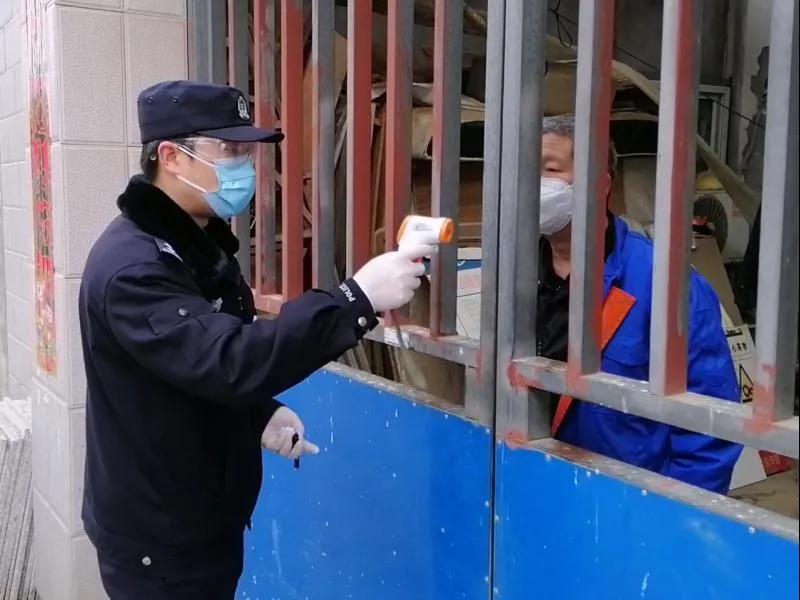 民警陳霏菲在社區開展疫情防控工作。警方供圖