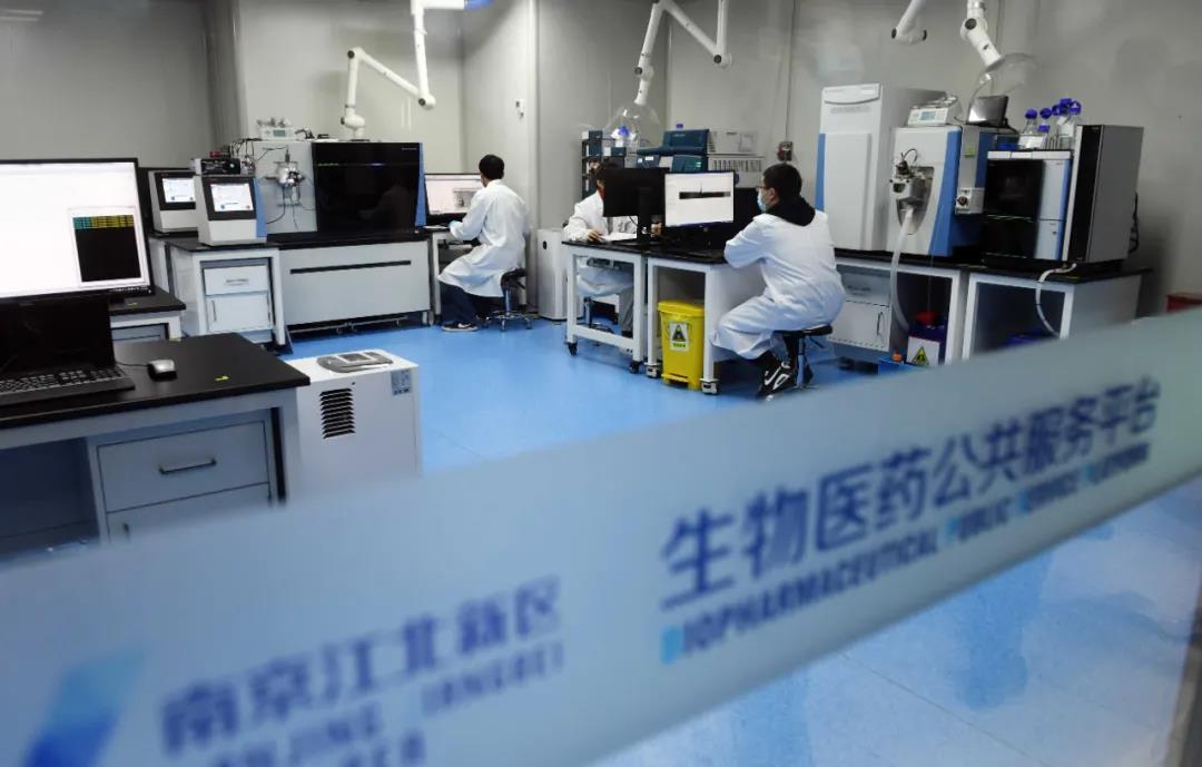 南京正发挥创新优势,做大做强实体经济和支柱产业。图为位于江北新区的生物医药公共服务平台内,生物医药企业正在进行新药研发。南报融媒体记者 崔晓摄