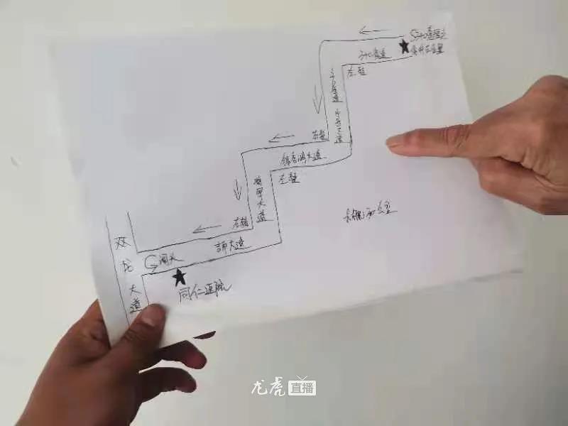 马明宏展示的手绘地图。资料图