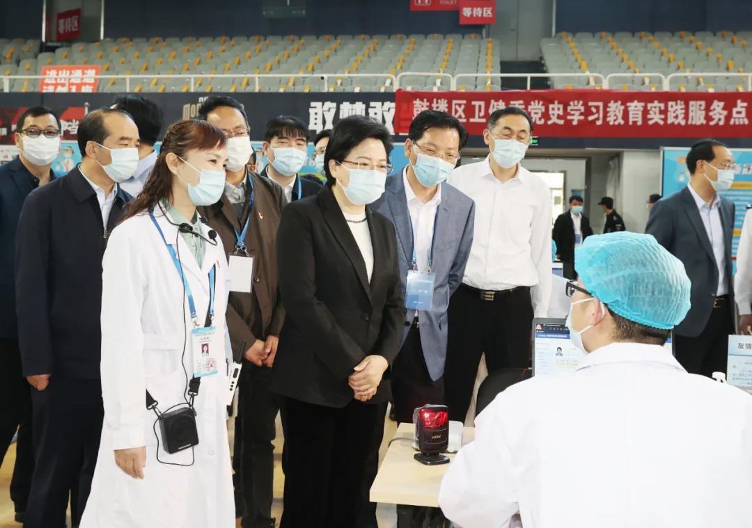 调研中,韩立明与现场的青年医护人员亲切交谈。南报融媒体记者 崔晓摄