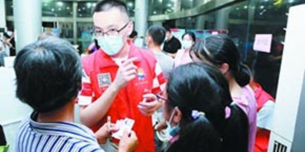 志愿者引導居民做核酸檢測