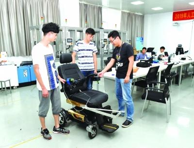 老師指導學生了解智能輪椅的相關知識。南工程供圖