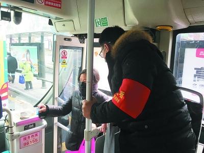 巡检人员在测量乘客体温。  通讯员 卜照雪 南报融媒体记者 冯兴摄