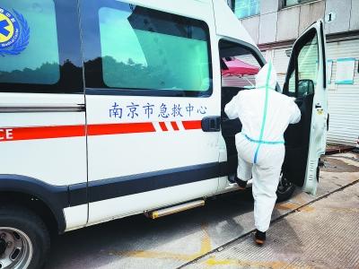 120急救医生莫钧锐全副武装准备出发。 通讯员 国立生摄
