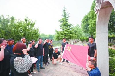 马家店社区的党总支成员和社区工作者们在现场重温入党誓词。 南报融媒体记者 冯芃摄
