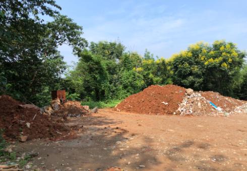 业主家挖出的渣土堆放在临时垃圾场并未覆盖,极易产生扬尘。南报融媒体记者胥欣摄