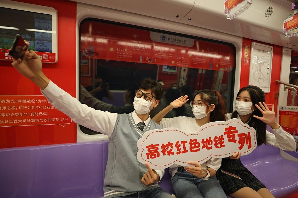 """在宁高校学生在""""党史学习教育""""主题红色地铁专列 上拍照打卡"""