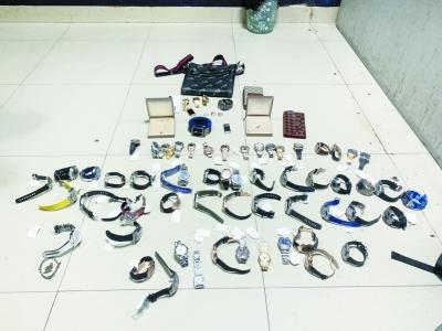 警方查获严某某所盗的手表等物品。 警方供图