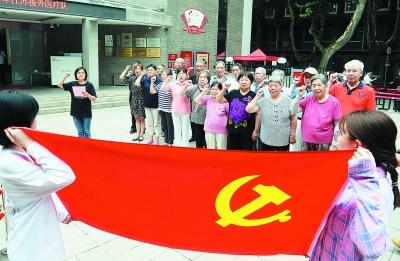 党员们参观梅园新村纪念馆,感悟初心使命。