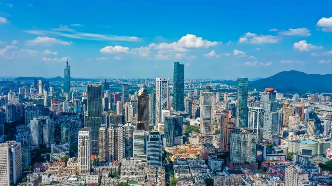 蓝天白云下,高楼林立的南京城显得活力十足。南报融媒体记者 董家训摄