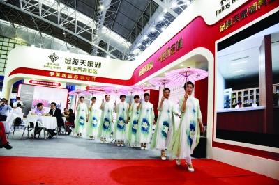 在2021江苏国际养老服务博览会上,金陵天泉湖文娱社团的现场表演。 陆丹摄