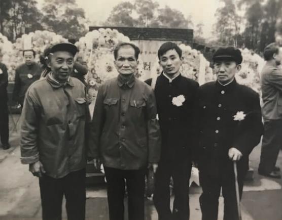 1983 年 11 月 27 日,朱念群烈士的哥哥朱天铸(右一),继子朱慧清(右二),和难友韩子栋(右三)在重庆歌乐山烈士陵园合影。
