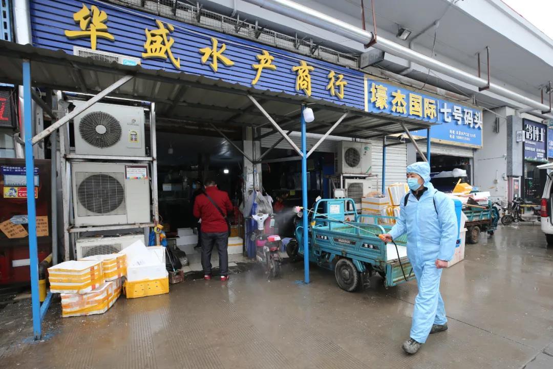 1月21日,工作人員在南京農副產品物流中心水產市場噴灑消毒劑。南報融媒體記者 徐琦攝