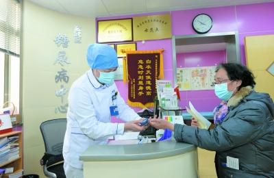 新街口社区卫生服务中心糖尿病中心的医生为社区居民测量血糖。 南报融媒体记者 杜文双摄