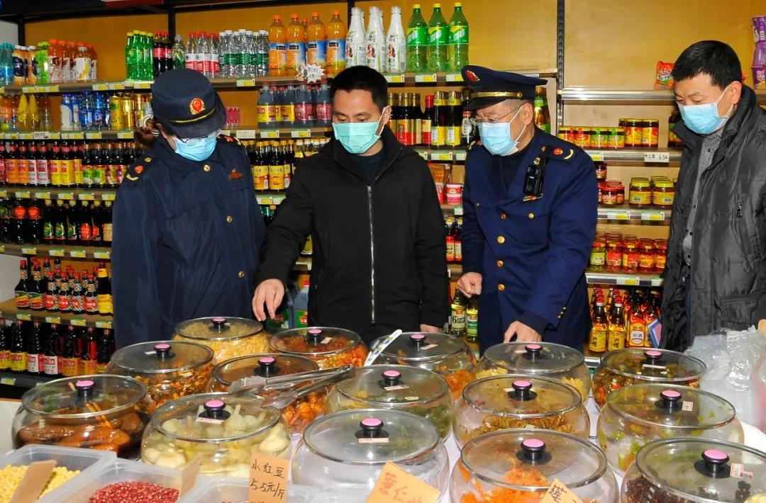 """南京市市场监管局工作人员在雨花台区农贸市场检查,确保市民""""舌尖上的安全""""。通讯员 徐剑 南报融媒体记者 杜文双摄"""
