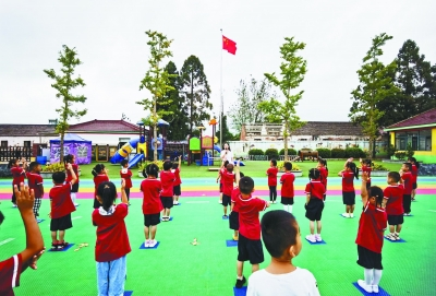 昨天,六合区龙袍中心幼儿园举行新学期开学升旗仪式。当天,我市幼儿园、小学、特殊教育学校学生开学返校。通讯员 熊立军 南报融媒体记者 徐琦摄