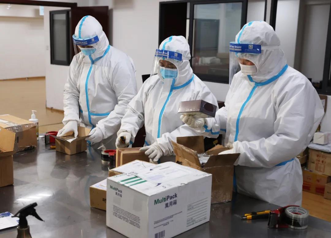 1月16日,工作人員正身穿防護服,在中國郵政南京分公司國際業務互換局對境外快遞進行消毒作業。南報融媒體記者 馮芃攝