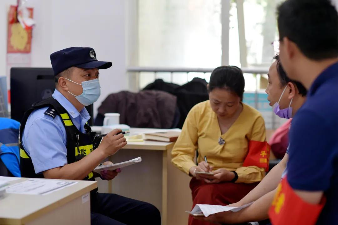 民警與社區平安志愿者商討小區安全治理。警方供圖