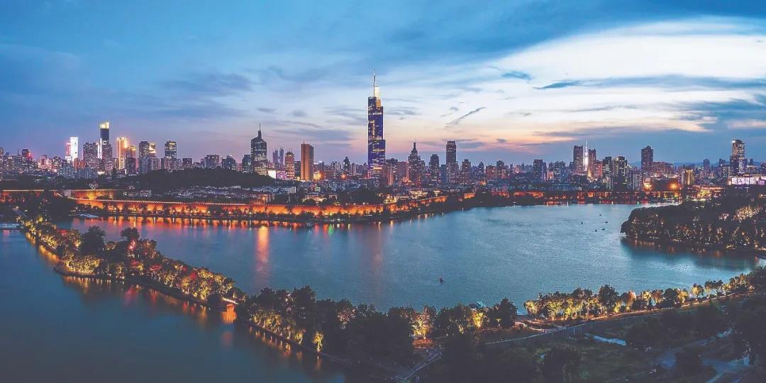 傍晚华灯初上的南京城与美丽的晚霞交相辉映。南报融媒体记者 冯芃摄
