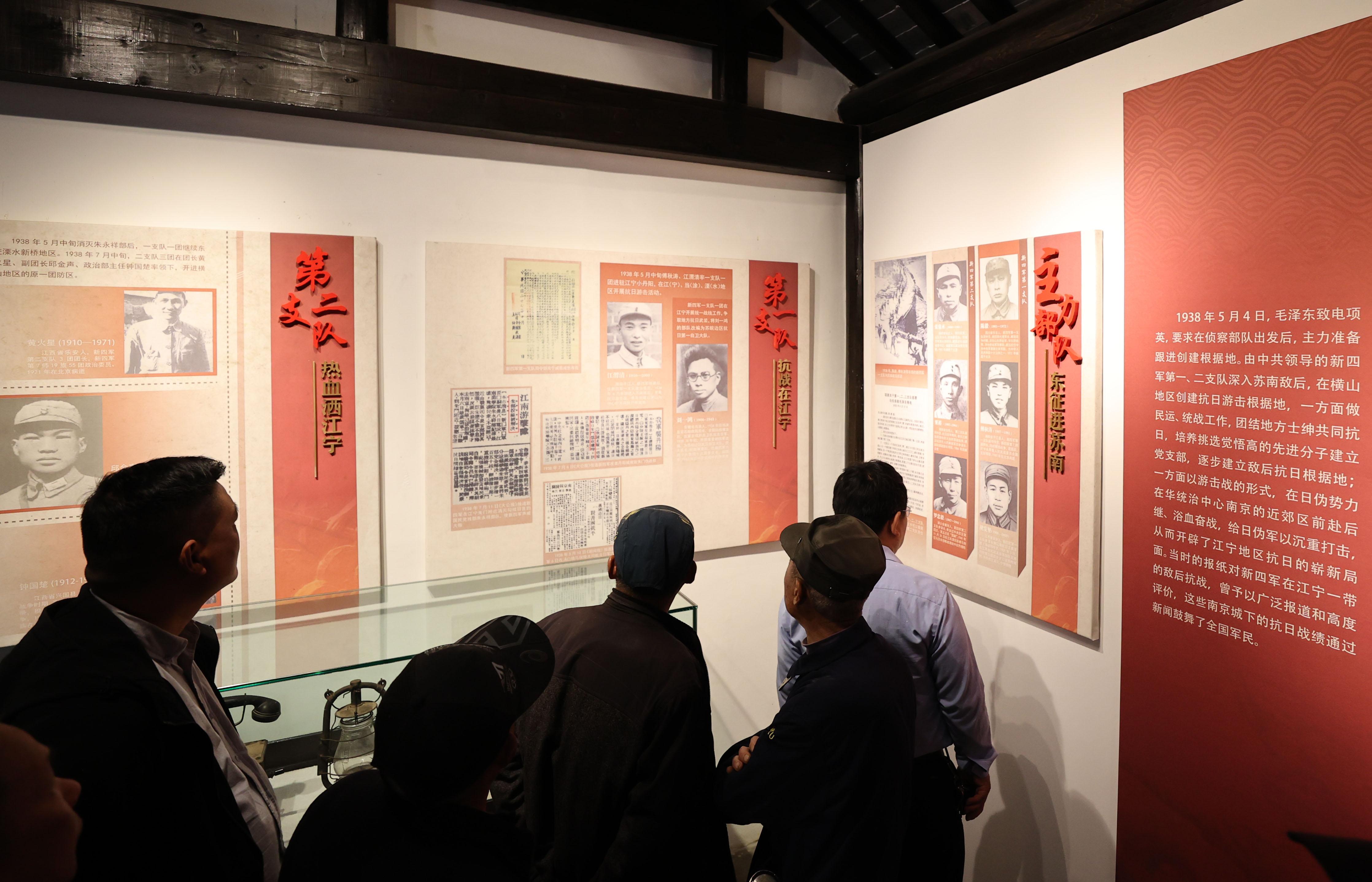 党员们阅读墙上的图文资料,详细了解了新四军华东抗战的光辉业绩和悲壮故事,对日军侵华罪行和军民共同抗击日寇的史实有了更加深刻的认识。南报融媒体记者 冯芃 摄