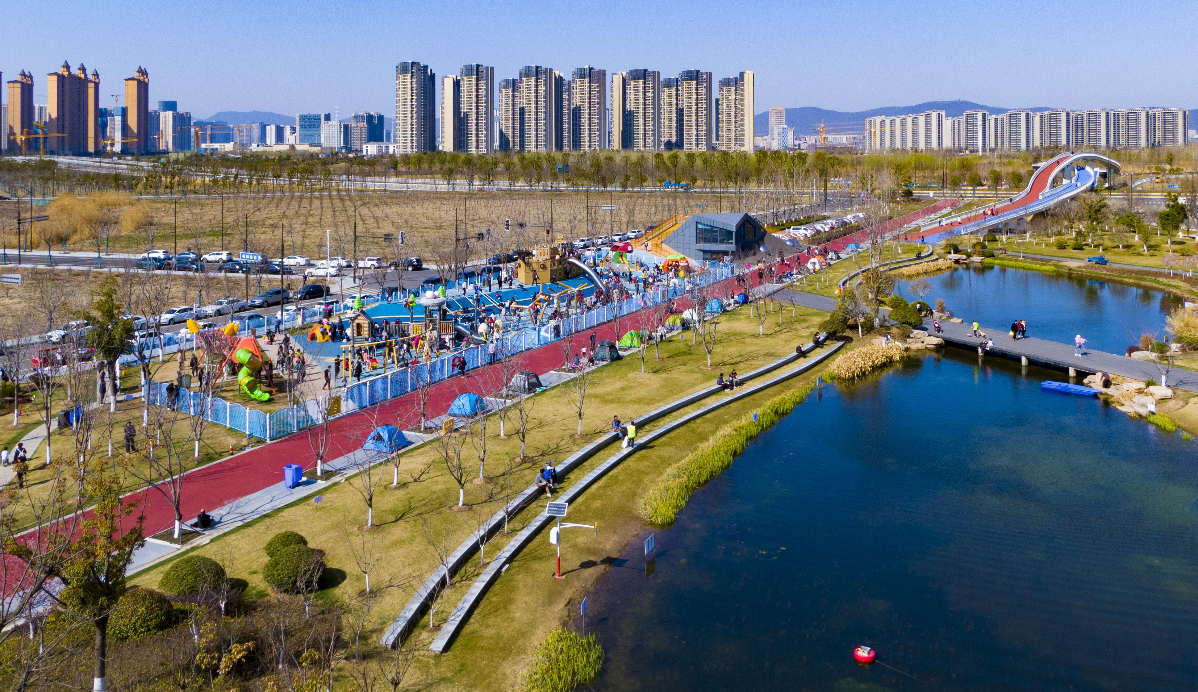 天气晴好,江北新区青龙绿带启龙亲江乐园迎来游玩和踏青的市民。 南报融媒体记者 冯芃摄