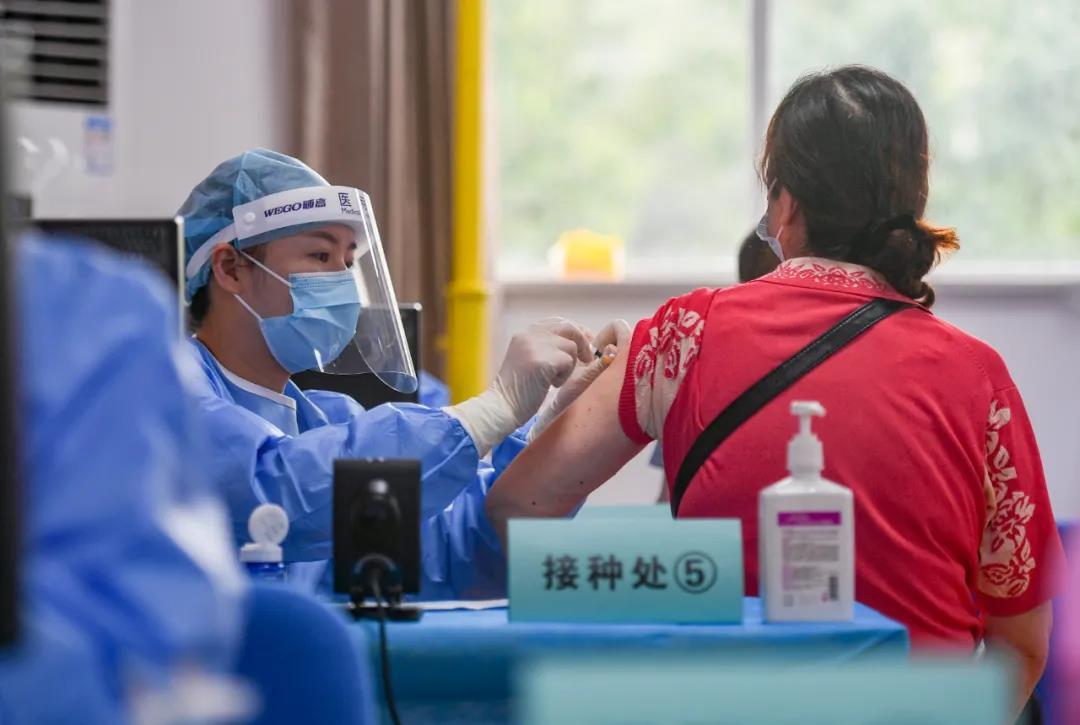8月16日,在秦淮区光华路街道文体活动中心,市民戴好口罩,有序接种新冠疫苗。南报融媒体记者 孙中元 摄