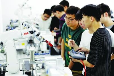 金科院學生在ABB校企合作工業機器人應用創新中心做實驗。金科院供圖