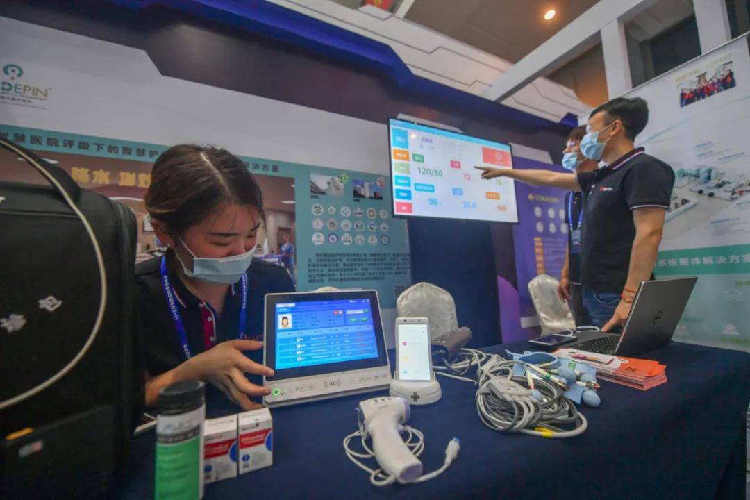 去年在江宁区举办的南京创新周·5G+全球创新应用南京峰会展示了5G智慧互动平台等技术。通讯员 陈雯萱 南报融媒体记者 冯芃 摄