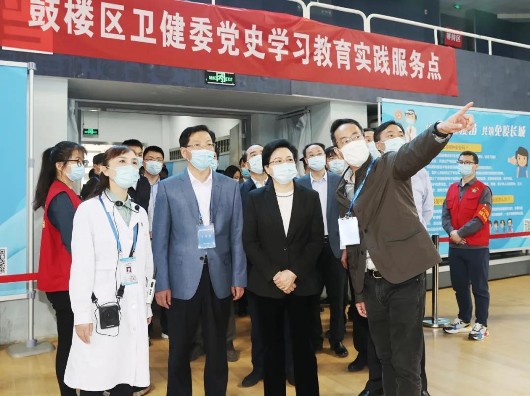 5月3日上午,江苏省委常委、南京市委书记韩立明在五台山新冠病毒疫苗集中接种点调研。南报融媒体记者 崔晓摄