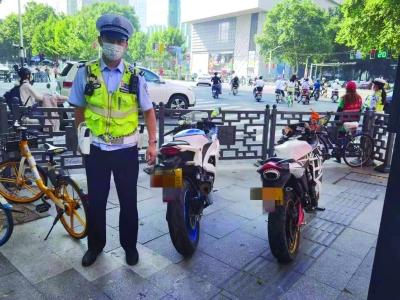 交警一大隊民警查獲兩輛假牌摩托車。 通訊員 張真慶 融媒體記者 王茸攝