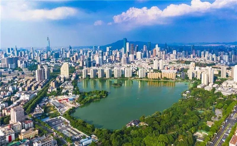 """南京正加快推进""""创新名城 美丽古都""""建设。图为俯瞰美丽的南京莫愁湖。南报融媒体记者 冯芃摄"""