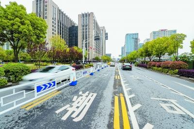 河西大街—云龍山路路口設置的潮汐車道。 南報融媒體記者 段仁虎攝