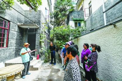 党员们走进秦淮区复成新村10号参观学习。