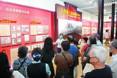 黨員們在總統府景區參觀《紅旗插上總統府》文物史料展覽。