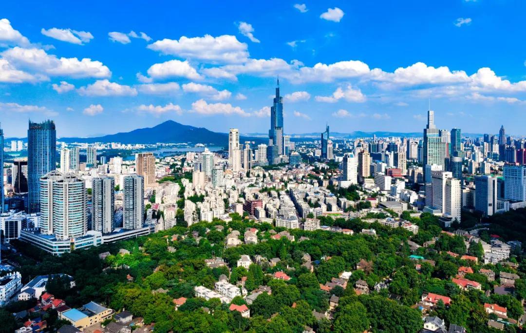 湛蓝天空下白云朵朵,映衬着南京城格外美丽。南报融媒体记者 冯芃摄