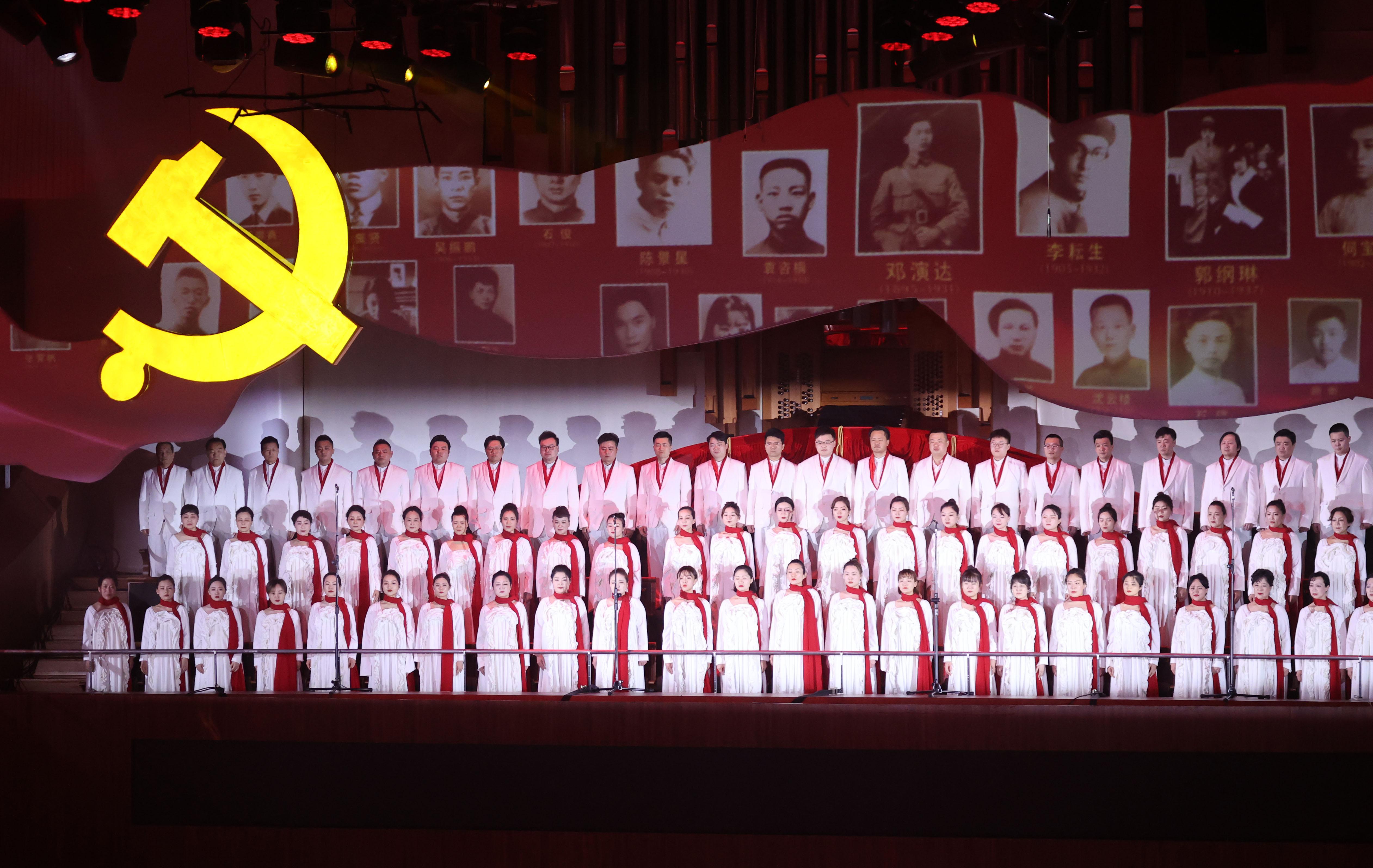 3月13日晚,庆祝建党百年主题文艺作品、大型交响组歌《雨花台——信仰的力量》在江苏大剧院上演。南报融媒体记者 冯芃摄